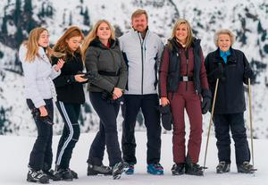 (L-R) Princess Ariane, Princess Alexia, Princess Catharina-Amalia, King Willem-Alexander of the Netherlands, Queen Maxima and Princess Beatrix pose for a picture on February 25, 2020 during their winter holiday in Lech am Arlberg in Austria. (Photo by DIETMAR STIPLOVSEK / APA / AFP)