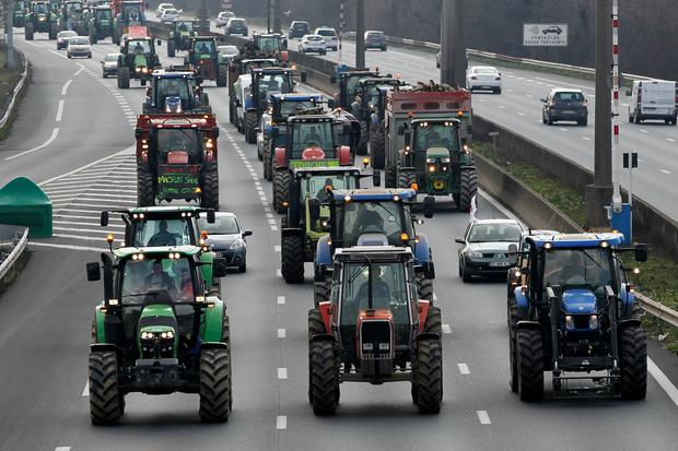 French farmers drive their tractors on the A7 highway to protest changes in underprivileged farm area's mapping and against Mercosur talks, in Solaize near Lyon, France, February 21, 2018.   REUTERS/Emmanuel Foudrot