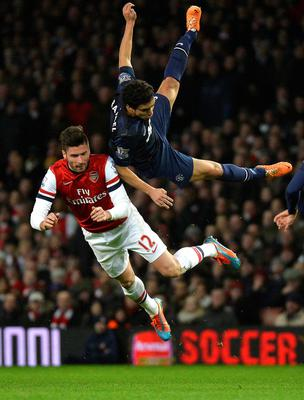 Arsenal's Olivier Giroud (L) is challenged by Manchester United's Rafael