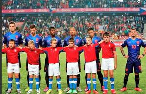 Dutch star Wesley Sneijder refuses to stand beside tall mascot