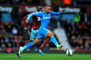 West Ham United's Cheikhou Kouyate (left) and Sunderland's Jermain Defoe battle for the ball