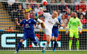 Everton's James McCarthy in action with Swansea's Jonjo Shelvey Action Images via Reuters / Ian Smith