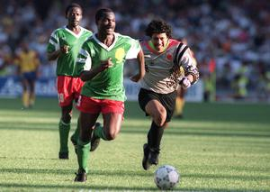 Colombian Jose Higuita (R) is left chasing Cameroon's Roger Milla after being dispossessed outside his box during the 1990 World Cup. Photo: Staff/AFP via Getty Images