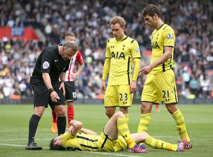 "Football - Southampton v Tottenham Hotspur - Barclays Premier League - St Mary's Stadium - 25/4/15 Tottenham's Ben Davies lies injured on the pitch before being substituted Action Images via Reuters / Paul Childs Livepic EDITORIAL USE ONLY. No use with unauthorized audio, video, data, fixture lists, club/league logos or ""live"" services. Online in-match use limited to 45 images, no video emulation. No use in betting, games or single club/league/player publications.  Please contact your account representative for further details."