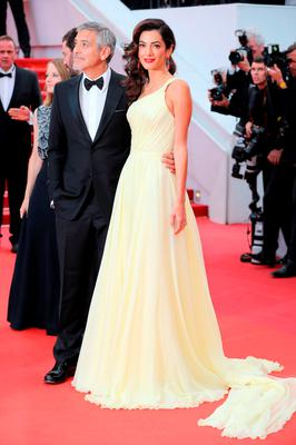 """US actor George Clooney (L) and his wife British-Lebanese lawyer Amal Clooney pose on May 12, 2016 as they arrive for the screening of the film """"Money Monster"""" at the 69th Cannes Film Festival"""
