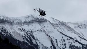 A rescue helicopter from the French Gendarmerie flies over the snow covered French Alps during a search and rescue operation near to the crash site of an Airbus A320, near Seyne-les-Alpes, March 25, 2015. REUTERS/Eric Gaillard