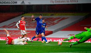 Leicester City's Jamie Vardy scores his sides equalising goal during the Premier League match at the Emirates Stadium, London.