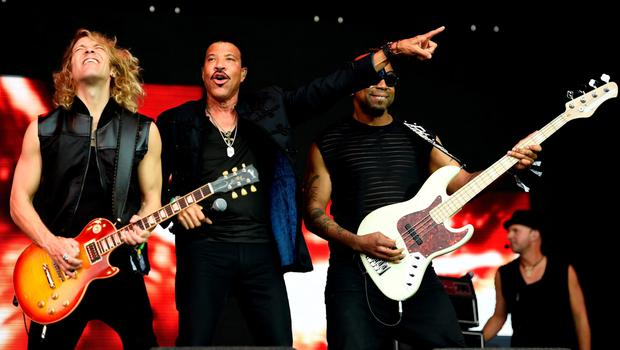 Lionel Richie (2nd L) performs on the Pyramid stage at Worthy Farm in Somerset during the Glastonbury Festival in Britain, June 28, 2015.  REUTERS/Dylan Martinez