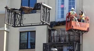 The remains of a damaged balcony are removed from a 4th-story apartment building balcony in Berkeley, California June 16, 2015. Six people were killed, including five young Irish citizens, and at least seven other people were injured when the balcony collapsed early Tuesday in the Californian city of Berkeley, Ireland's foreign minister said.  REUTERS/Elijah Nouvelage