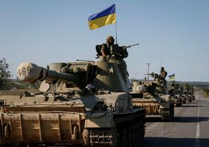 Ukrainian self-propelled artillery guns are seen near Slaviansk September 3, 2014.  Tough economic sanctions remained in force last night as US president Barack Obama and other NATO leaders reacted with scepticism to a peace deal agreed to halt fighting in Ukraine (REUTERS/Gleb Garanich)