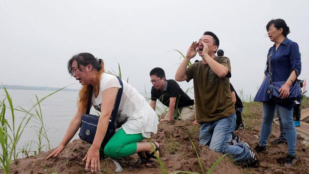 Family members of the Eastern Star cruise ship victims mourn during a ceremony to mark seven days since the ship went down in the Jianli section of Yangtze River, Hubei province, China, June 7, 2015.REUTERS/Stringer