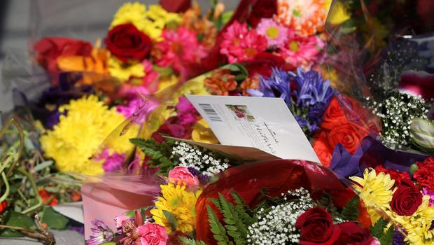 Flowers and cards mark a makeshift memorial near the scene of a 4th-story apartment building balcony collapse in Berkeley, California June 16, 2015. REUTERS/Elijah Nouvelage