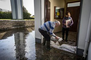 Hughie O'Donnell and Nora McLoughlin lay sand bags at Kiltartan Church outside of Gort. Pic:Mark Condren 28.2.2020
