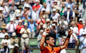Serbia's Novak Djokovic celebrates winning the semifinal match of the French Open tennis tournament against Britain's Andy Murray in five sets 6-3, 6-3, 5-7, 5-7, 6-1, at the Roland Garros stadium, in Paris, France, Saturday, June 6, 2015. (AP Photo/Thibault Camus)