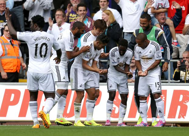 Swansea City's Nathan Dyer (second left) celebrates scoring his sides first goal