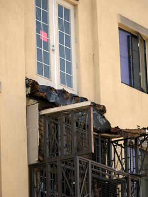 The balcony that collapsed at an apartment building on Kittredge Street in Berkeley, Calif., Tuesday, June 16, 2015. Six people were killed and seven others were taken to area hospitals. (D. Ross Cameron/Bay Area News Group via AP)