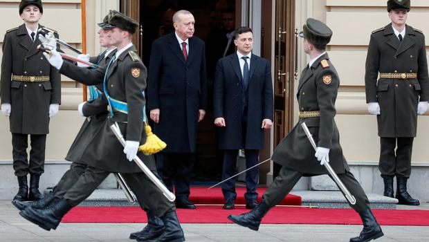 Ukrainian President Volodymyr Zelensky and Turkish President Tayyip Erdogan attend a welcoming ceremony in Kiev yesterday. Photo: REUTERS/Gleb Garanich