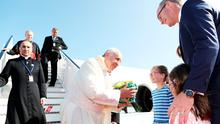 Pope Francis is greeted on arrival at Dublin Airport by Tánaiste Simon Coveney and his three daughters Beth (9), Jessica (7) and Annalise (5). Photo: Julien Behal Photography