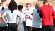 Ole Gunnar Solskjaer speaks with his Manchester United players at a warm-weather training camp in Dubai this week. Photo: Getty