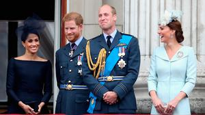 (L-R) Meghan, Duchess of Sussex, Prince Harry, Duke of Sussex, Prince William, Duke of Cambridge and Catherine, Duchess of Cambridge watch the RAF flypast on the balcony of Buckingham Palace, as members of the Royal Family attend events to mark the centenary of the RAF on July 10, 2018 in London, England. (Photo by Chris Jackson/Chris Jackson/Getty Images) (Photo by Chris Jackson/Getty Images)