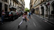 Lockdown: Children play tennis on a deserted street in Paris. Photo: Christophe ARCHAMBAULT/ AFP/via Getty Images