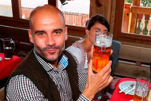 FC Bayern Munich's coach Pep Guardiola and his wife Cristina pose during a visit at the Oktoberfest in Munich, Germany, September 30, 2015. REUTERS/Alexander Hassenstein/Pool