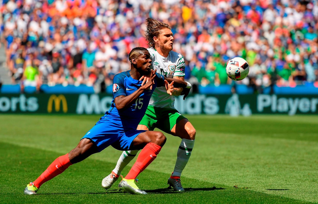 Jeff Hendrick is challenged by Paul Pogba. Photo by Stephen McCarthy/Sportsfile