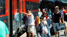 Migrants walk to board a train to Munich at the railway station in Vienna, Austria, September 1, 2015. REUTERS/Leonhard Foeger