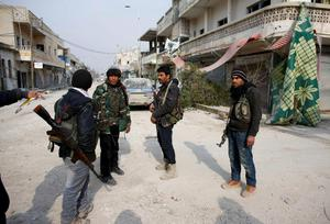 Fighters of the Kurdish People's Protection Units (YPG) patrol in the streets of the northern Syrian town of Kobani January 28, 2015.  REUTERS/Osman Orsal