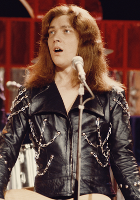 THE GLAMMEST: Bassist Steve Priest performs with British glam rock group Sweet in  1973. Photo: Michael Putland/Getty Images