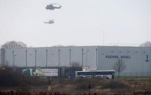 Helicopters with French intervention forces hover above the scene of a hostage taking at an industrial zone in Dammartin-en-Goele, northeast of Paris. Reuters/Pascal Rossignol