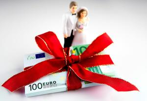 Most guests will give cash as a gift at a wedding. Photo: Getty Images.