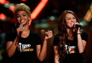 Singers Beyonce and Miley Cyrus in 2008