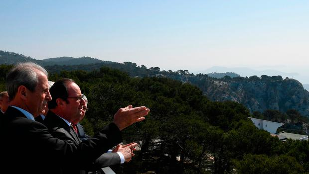 "French President Francois Hollande (C) stands with Mayor of Toulon Hubert Falco as he visits the Mont Faron ""Memorial du Debarquement et de la Liberation en Provence"" during its inauguration in Toulon on March 16, 2017. AFP PHOTO /Getty Images"