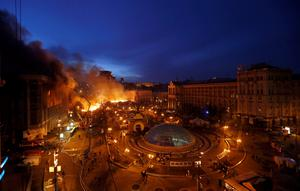 A general view shows clashes at Independence Square in Kiev early February 19, 2014. Ukrainian riot police charged protesters occupying the central Kiev square early on Wednesday after the bloodiest day since the former Soviet republic, caught in a geopolitical struggle between Russia and the West, won its independence. REUTERS/Vasily Fedosenko