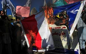 Supporters of the Jamaat-ud-Dawa Islamic organization burn a French flag during a protest against satirical French weekly newspaper Charlie Hebdo, which featured a cartoon of the Prophet Mohammad as the cover of its first edition since an attack by Islamist gunmen, in Peshawar January 16, 2015. REUTERS/Fayaz Aziz