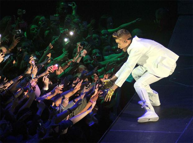 Justin Bieber reaches out to fans during his show in the O2 in Dublin last night