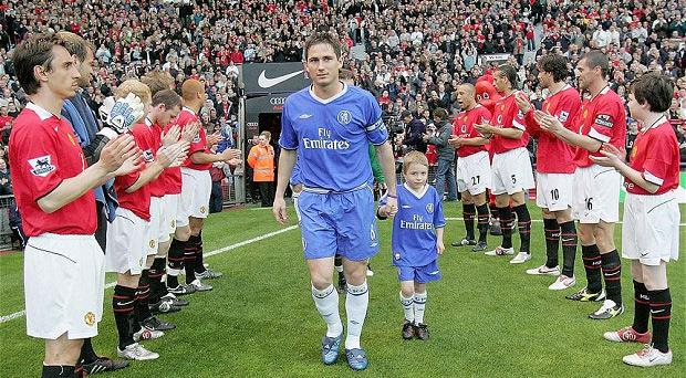 Guard of honour: Gary Neville and his Manchester United team-mates give 2005 Premier League champions Chelsea a hand. Photo: Getty Images