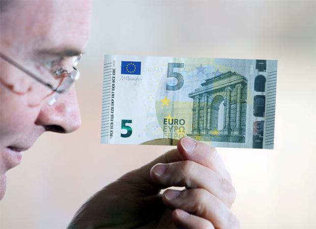 Both sides ofthe new €5 note which will be launched tomorrow