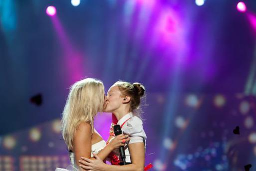 Krista kissing her backing singer. Photo: Dennis Stachel/EBU