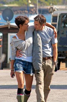 43594, CAPE TOWN, SOUTH AFRICA - Thursday August 12 2010. FILE PICS: Halle Berry and Olivier Martinez snuggle up in between takes on the set of