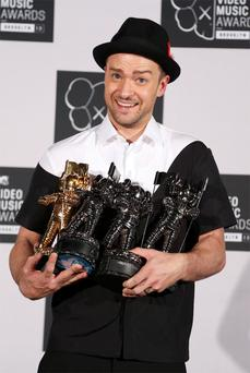 Justin Timberlake poses with his multiple Moonman awards during the 2013 MTV Video Music Awards in New York