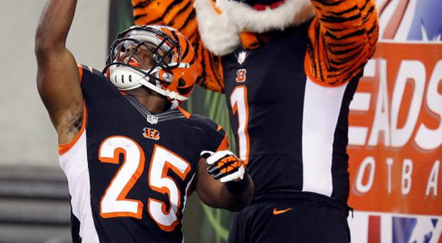 Cincinnati Bengals' Giovani Bernard (25) celebrates his touchdown against the Pittsburgh Steelers during the second half last night