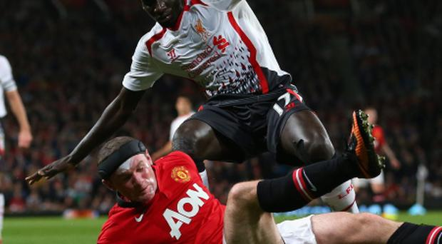 Wayne Rooney of Manchester United tangles with Mamadou Sakho