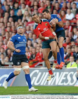 Rob Kearney, Leinster, wins possesson from a dropping ball ahead of Simon Zebo