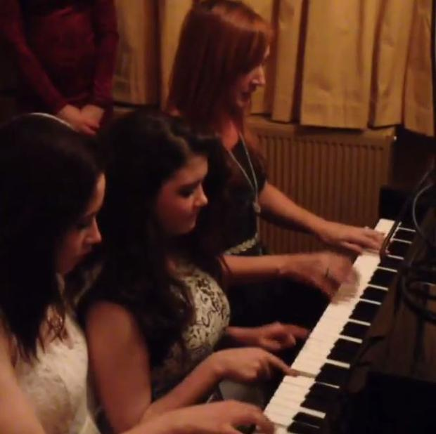 Niall shared this snap of his 'musical' cousins playing the piano at his family home. (Twitter/Niall Horan)