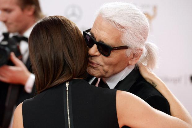188024969-karl-lagerfeld-and-victoria-beckham-pose-gettyimages.jpg