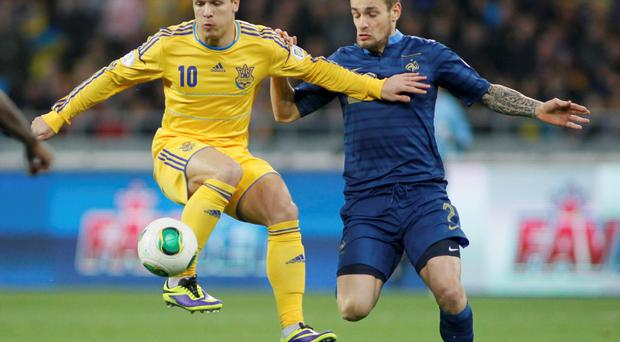 Ukraine's Yevhen Konoplyanka (L) fights for the ball with France's Mathieu Debuchy during their 2014 World Cup qualifying first leg playoff