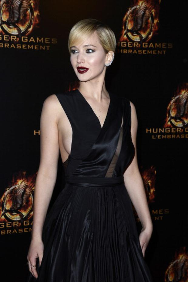 Jennifer Lawrence shows off a darker, more sultry look for the film's Paris premiere.