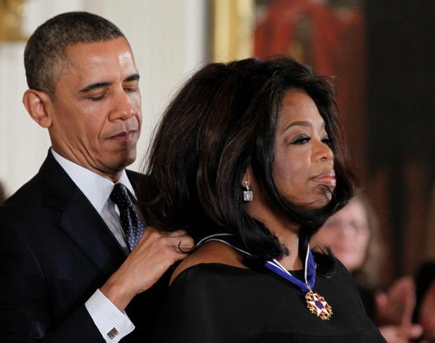 U.S. President Barack Obama presents the Presidential Medal of Freedom to entertainer Oprah Winfrey at a ceremony in the East Room of the White House in Washington, November 20, 2013. REUTERS/Jason Reed (UNITED STATES - Tags: POLITICS ENTERTAINMENT)